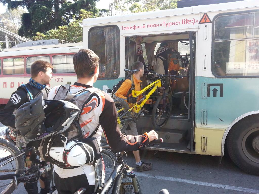 Лезем в троллейбус