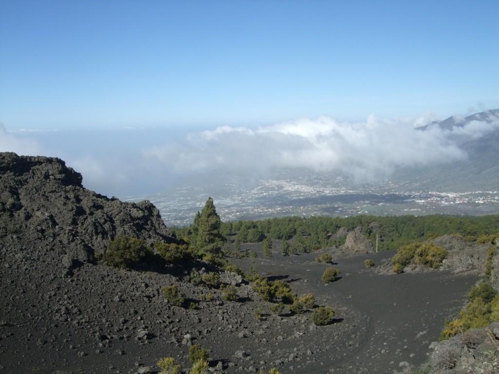 Вулканический пейзаж с видом на долину