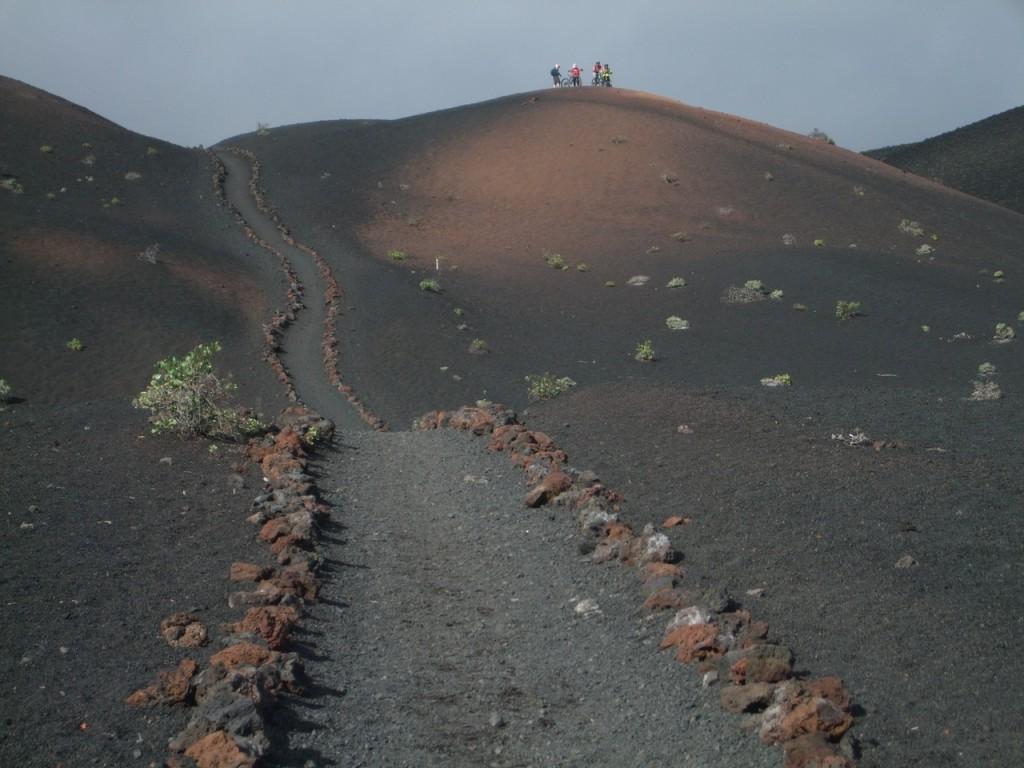 Неизвестные велосипедисты на вулканическом холме